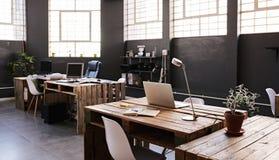 一个大当代办公室空间的内部没有employess的 免版税库存照片