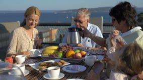 一个大愉快的家庭吃在开放大阳台的晚餐在房子的屋顶 股票视频