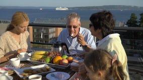 一个大愉快的家庭吃在开放大阳台的晚餐在房子的屋顶 影视素材