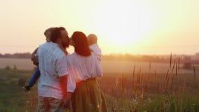 一个大愉快的家庭在黎明,被招呼太阳 概念-希望、信念和乐观 股票录像