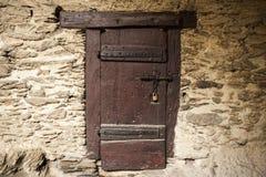 一个大木门在莱茵河的德国关闭了城堡的石墙的一个老堡垒 免版税库存图片