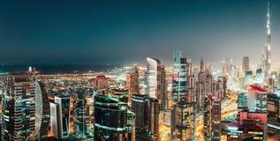 一个大未来派城市的空中全景在夜之前 海湾商业迪拜 图库摄影