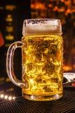 一个大杯子啤酒 库存图片