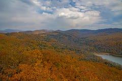 一个大水库,顶视图 秋天森林和高蓝天, 免版税库存照片