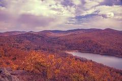 一个大水库,顶视图 秋天森林和高蓝天, 库存照片