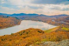 一个大水库,顶视图 秋天森林和高蓝天, 图库摄影