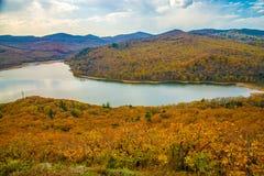 一个大水库,顶视图 秋天森林和高蓝天, 免版税库存图片