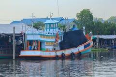 一个大渔船在水中靠了码头 免版税图库摄影
