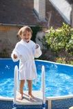 一个大游泳池的小逗人喜爱的男孩 库存图片