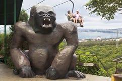 一个大猩猩的巨大的雕塑在空中览绳的在徒步旅行队公园游览城市Gelendzhik,克拉斯诺达尔地区,俄罗斯 图库摄影