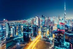 一个大现代城市的鸟瞰图在晚上 迪拜,阿拉伯联合酋长国的夜间地平线 库存图片