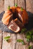 一个大理石花纹蛋糕的特写镜头与香草和可可粉特写镜头的 Vertic 免版税库存图片