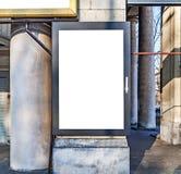 一个大空白的广告牌附加大厦混凝土墙 免版税库存图片