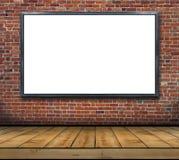一个大空白的广告牌附加砖墙里面与木地板 库存图片