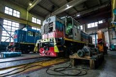 一个大老俄国机车在修理的集中处 库存照片
