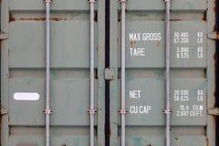 一个大老容器的门在特写镜头被绘以与铁锈的绿色,与pipe-type锁和白色字法表明 库存照片