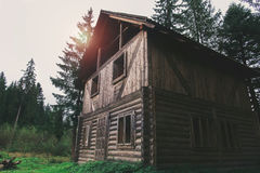 一个大老房子在日落的森林里 图库摄影