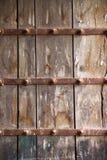 一个大老木门的表面 库存图片