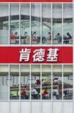 一个大肯德基出口的人们,上海,中国 免版税库存图片