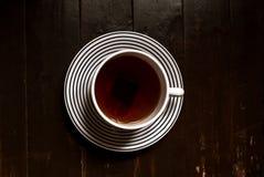 一个大茶杯和茶袋的顶视图在土气,木backgound与copyspace 免版税图库摄影