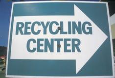 一个大蓝色和白色标志表明一向右转回收的中心的 免版税图库摄影