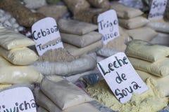 一个大袋干玉米在一个农夫市场上在秘鲁 库存图片
