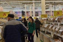 一个大超级市场的杂货部门的顾客 免版税图库摄影
