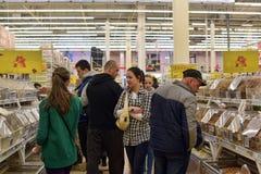 一个大超级市场的杂货部门的顾客 免版税库存照片