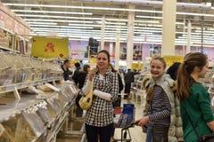 一个大超级市场的杂货部门的顾客 免版税库存图片