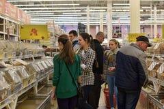 一个大超级市场的杂货部门的顾客 库存图片
