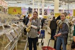 一个大超级市场的杂货部门的顾客 库存照片