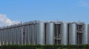 一个大酿酒厂的酒金属发酵罐大存贮系统  库存图片