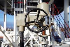 一个大阀门的轮子在一个化工厂的 免版税库存图片