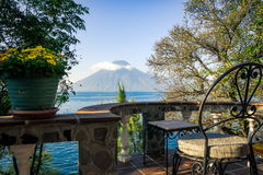 一个大阳台有在湖Atitlan的一个特别看法在危地马拉 库存照片