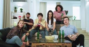 一个大非常可爱小组朋友夫人和的人有一起使用在电视前面的一美好时光在录影 影视素材