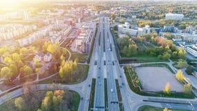 一个大高速公路交叉点的鸟瞰图在芬兰,赫尔辛基,日落的 运输和通信概念 免版税库存图片