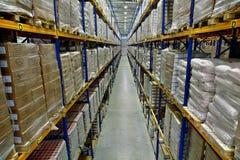 一个大仓库的内部,有板台阶梯形砌接的 免版税库存照片