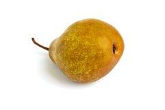一个大黄褐色梨在它的被隔绝的边说谎 免版税库存图片