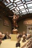 一个天使的一个古铜色雕象在球的 免版税库存图片