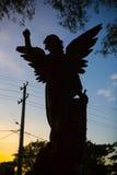 一个天使的剪影在公墓墓碑的 免版税库存照片