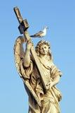 一个天使的大理石象,在罗马,有交叉和海鸥的 免版税库存图片