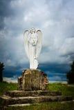 一个天使的木雕象与剑的 免版税库存照片
