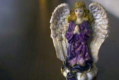 一个天使的瓷小雕象与金黄头发的 免版税库存图片