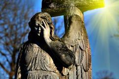 一个天使的老石雕象在轻的阳光(最后的审判日, ap下 库存图片