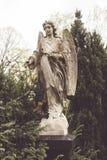 一个天使的老雕塑本质上 库存照片