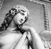 一个天使的老雕象在Certosa里面di Bologna的巨大的公墓的 免版税库存照片