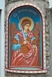 一个天使的象与一把剑的在入口到塞尔维亚修道院里 免版税库存图片