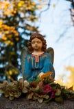 一个天使的雕塑在坟墓的 库存照片