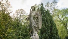 一个天使的雕塑本质上 免版税库存图片