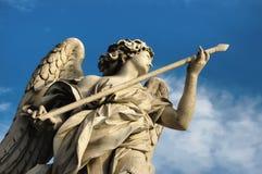 一个天使的雕象与一支矛的在罗马 免版税库存照片